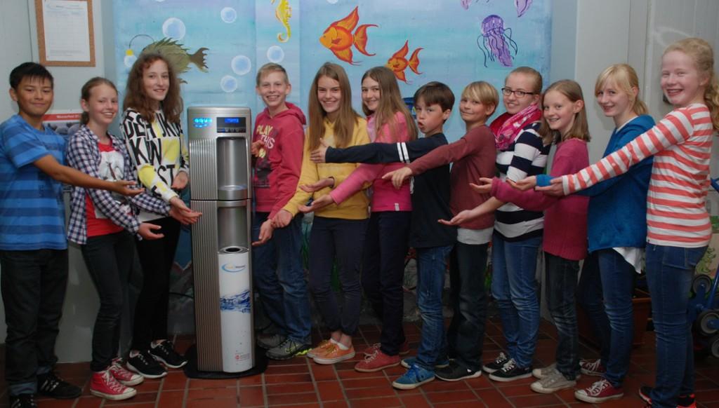 Schülerinnen und Schüler der 6a präsentieren den Wasserspender