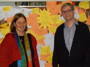 Frau Stubbe und Herr Kaufmann vor der Wand mit den Meditationserfahrungen - Kopie